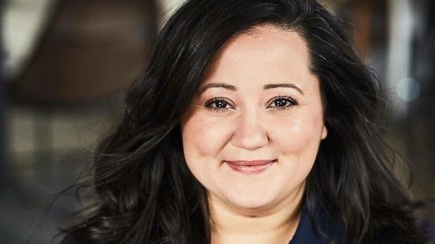Portrait en couleur de la chroniqueuse Manal Drissi