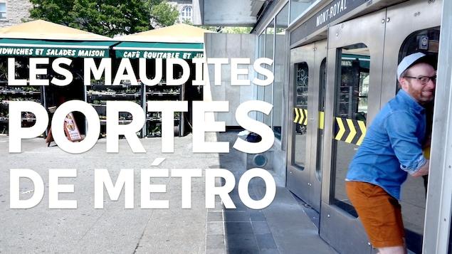 Photo montrant Marc-André Carignan qui a de la difficulté à ouvrir une porte de métro.