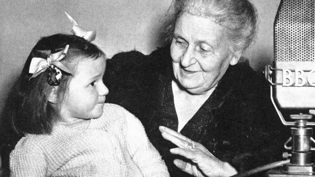 Elle sourit à un enfant.