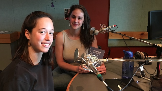L'auteure Marie Kirouac Poirier et l'illustratrice Camille Campeau en studio à Radio-Canada Côte-Nord