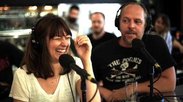 Marie-Louise Arsenault rigole alors que Fabien Cloutier la regarde.