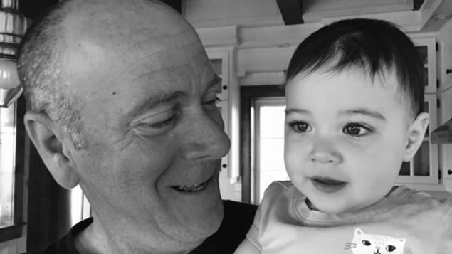 Un homme regarde tendrement une fillette d'environ 1 an.