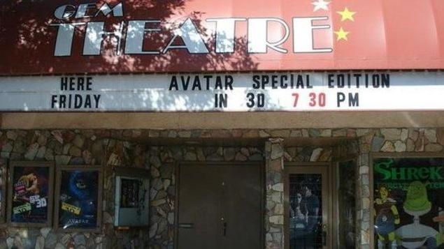 Une devanture de théâtre avec le prochain film à l'affiche