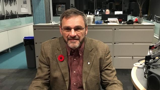 Léo Therrien dans les studios de Radio-Canada Sudbury