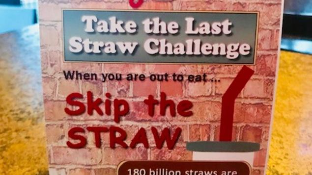 """Matériel promotionnel dans un restaurant pour le défi """"Take the Last Straw"""""""