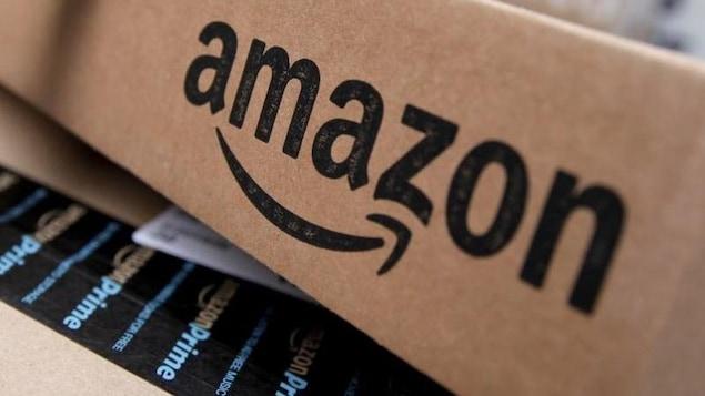 Un bout d'emballage en carton avec un grand logo d'Amazon imprimé dessus.