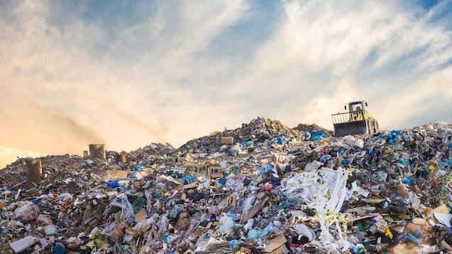 Des déchets s'amoncellent dans un site d'enfouissement.