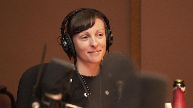 Mélissa de La Fontaine devant un micro.