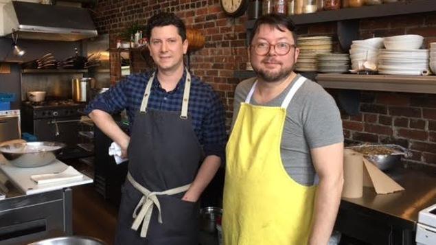 Pierre Richard et Michel Savoie dans la cuisine du restaurant Les Brumes du Coude