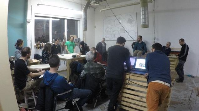 Plusieurs personnes dans un atelier de réparation à la Patente dans Limoilou à Québec.