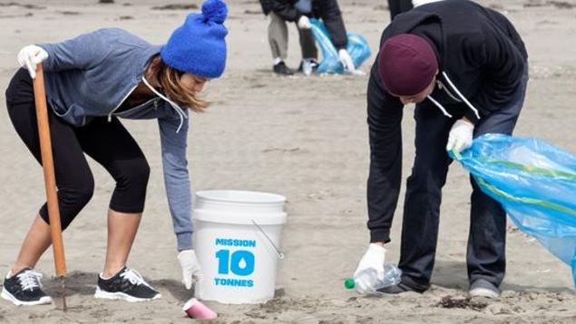 Des gens participent au nettoyage des berges du Saint-Laurent