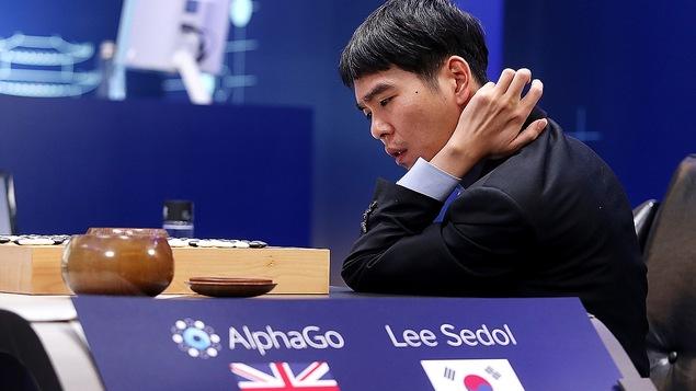 Le joueur de go professionnel Lee Se-Dol dispute une partie contre le système d'intelligence artificielle AlphaGo.