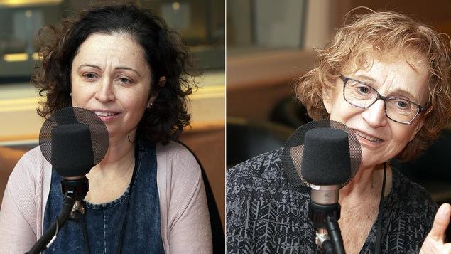 Deux femmes parlent devant un micro. Celle de droite a la tête penchée.