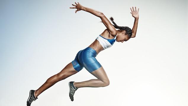 Une coureuse en pleine action sur une piste
