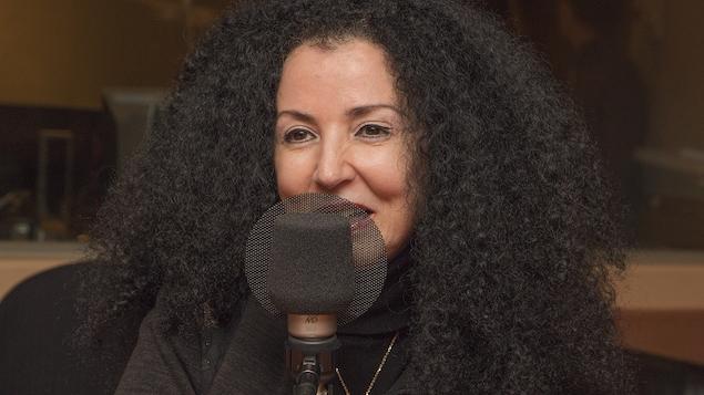 Rachida Azdouz au micro de Catherine Perrin
