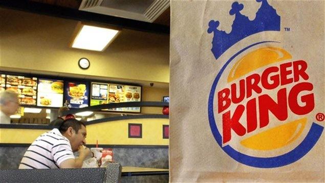Logo de Burger King sur un sac de papier posé dans un restaurant de la chaîne.