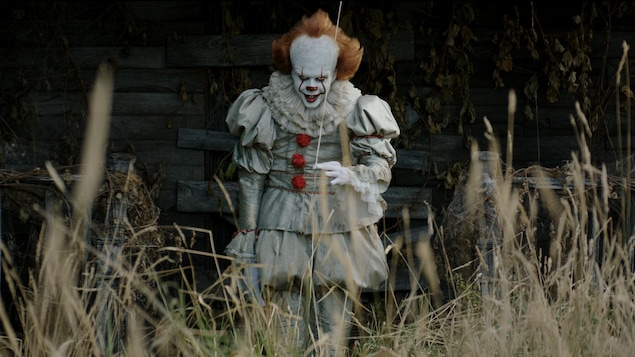 Bill Skarsgård incarne le clown Pennywise dans <i>It</i>, d'Andy Muschietti
