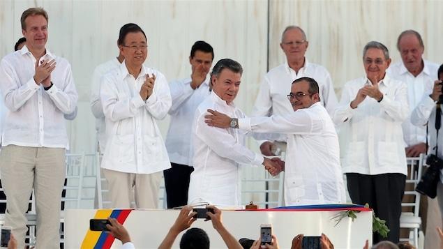 Juan Manuel Santos serre la main de Rodrigo Londono