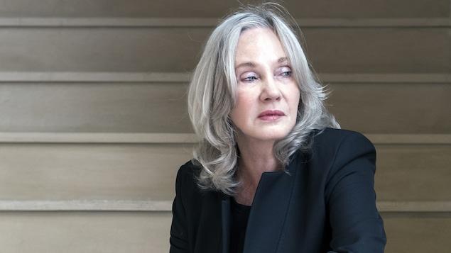 Diane Dufresne, assise dans un escalier.