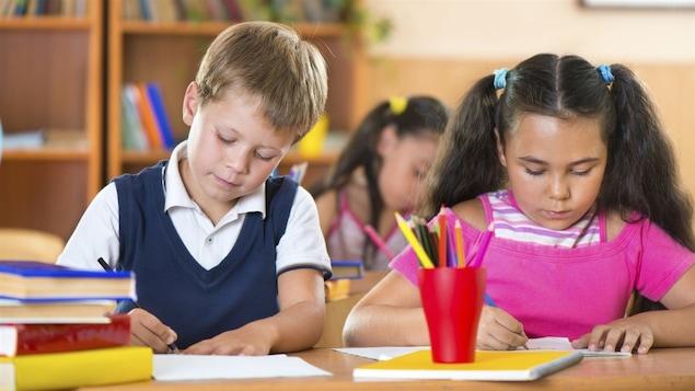 Un garçon et une fillette à l'école
