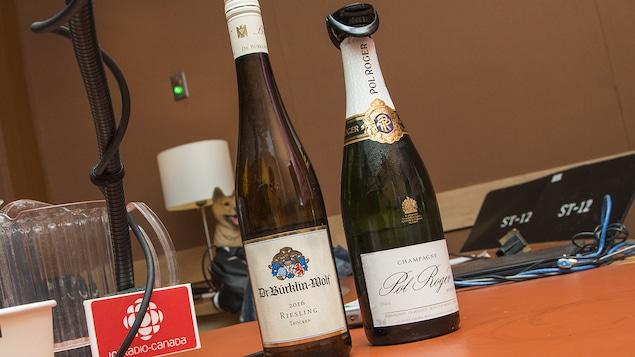 Gros plan sur deux bouteilles de champagne Pol Roger Brut et de riesling Dr. Bürklin-Wolf Trocken 2016 sélectionnées par Élyse Lambert
