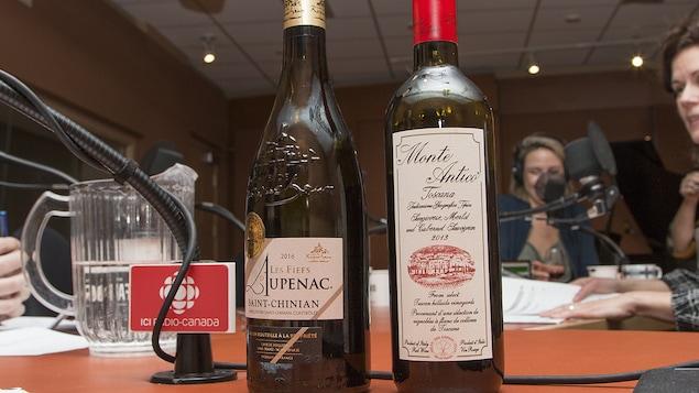 Gros plan sur les bouteilles sélectionnées par Élyse Lambert