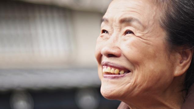 Une vieille femme japonaise souriante