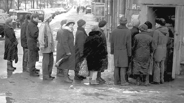 Photo en noir et blanc montrant des Moscovites faisant la file pour acheter du pain, en 1993.
