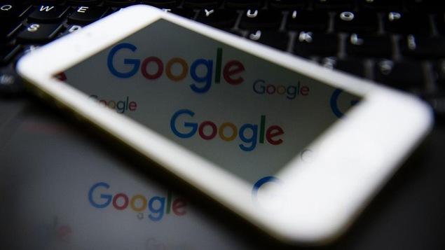 Le logo de la compagnie Google apparaît sur l'écran d'un téléphone intelligent.