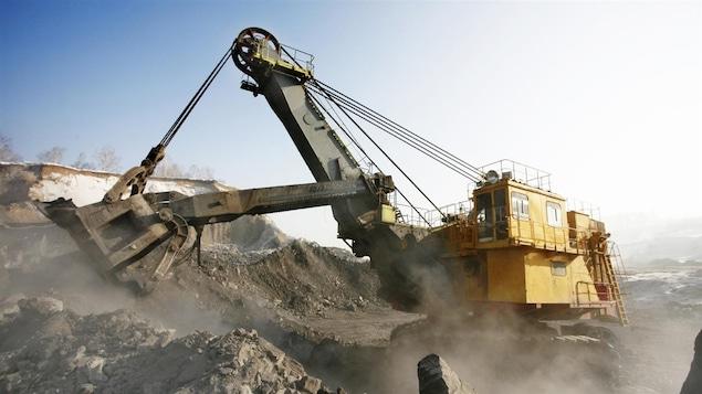 Une excavatrice mécanique à l'œuvre dans une mine à ciel ouvert.
