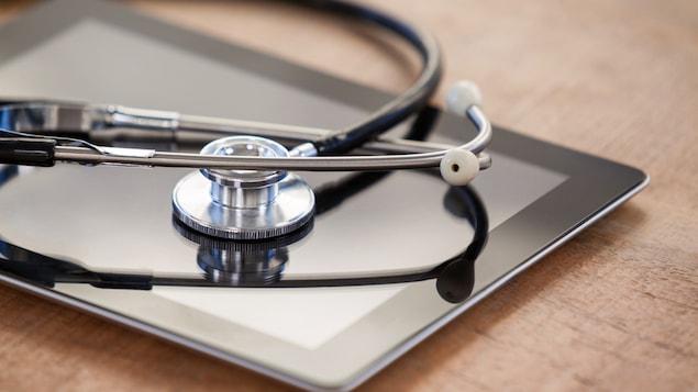 Un stéthoscope sur une tablette intelligente.