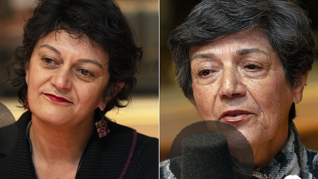 Deux femmes sont devant un micro.