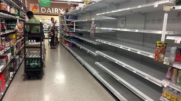 Des tablettes d'épicerie presque vides à Miami Beach avant le passage de l'ouragan Irma, le 5 septembre