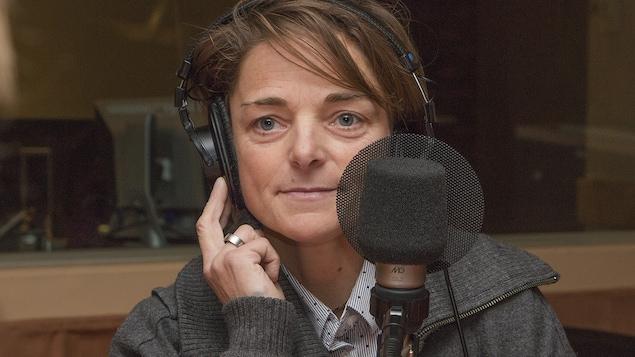 Nathalie Lasselin au micro d'Isabelle Craig.