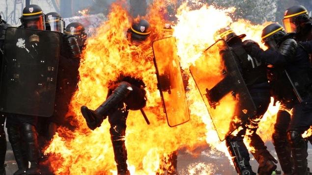 Un policier est atteint par un cocktail Molotov lors de la manifestation du 1er mai à Paris.