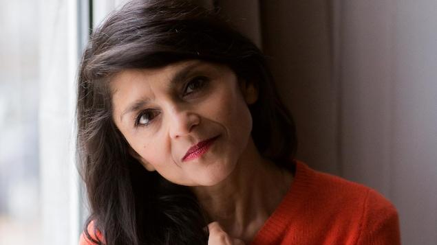 L'auteure Eisha Marjara, assise contre une fenêtre.