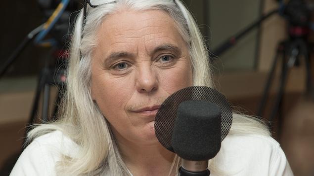 Manon Massé au micro de Catherine Perrin.