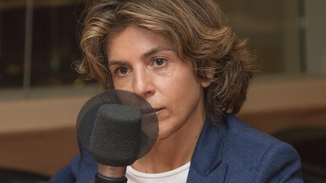 Anne Nivat au micro de Catherine Perrin.