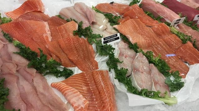 Un étal de poissons dont du saumon et du flétan.