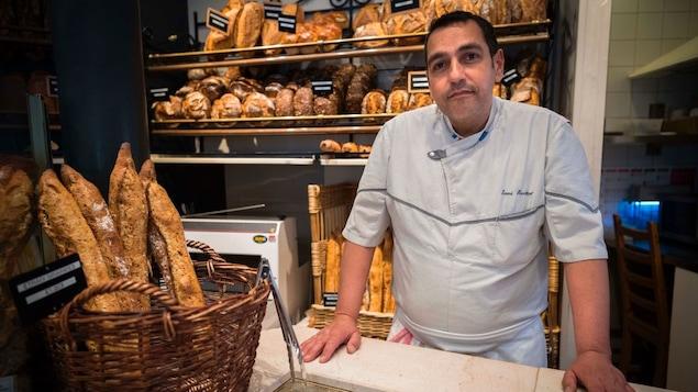 Le boulanger Sami Bouattour de la boulangerie Brun, à Paris