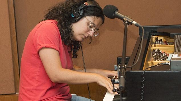 Alexandra Stréliski interprète un morceau au piano en direct du studio 18.