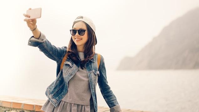 Une adolescente munie de son téléphone intelligent