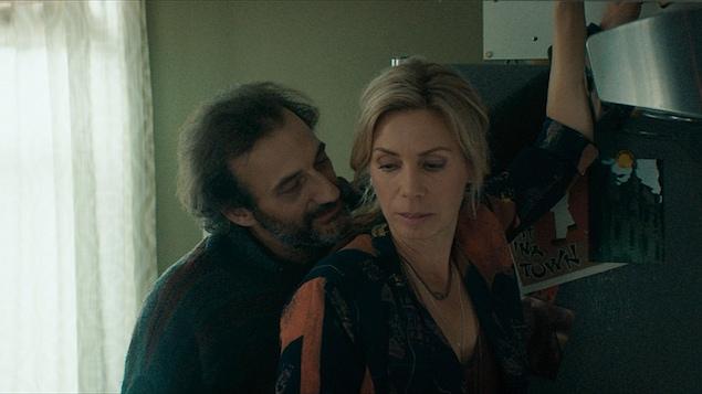 Martin Dubreuil enserre Céline Bonnier dans cette image tirée du film <i>À tous ceux qui ne me lisent pas</i>, de Yan Giroux.