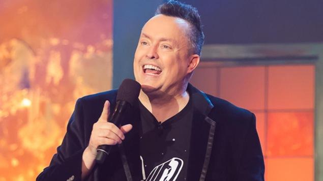 L'humoriste Mike Ward au micro.