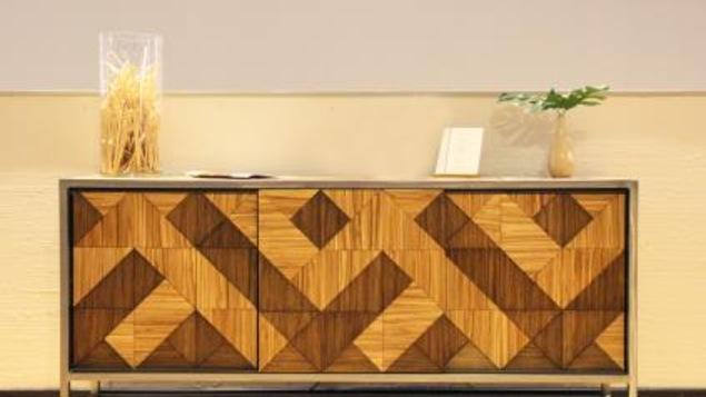 Un meuble fait de baguettes jetables recyclées
