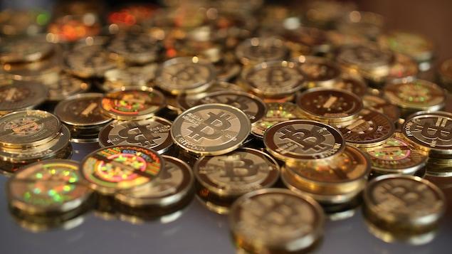 Une pile de jetons de la monnaie virtuelle bitcoin