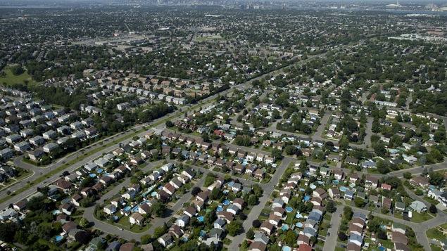 Les banlieues s'étalent de plus en plus, comme le montre cette photo aérienne de Montréal et ses environs.
