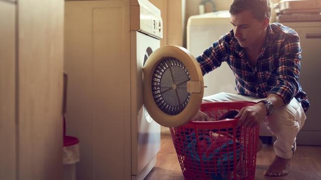 Un homme fait la lessive.