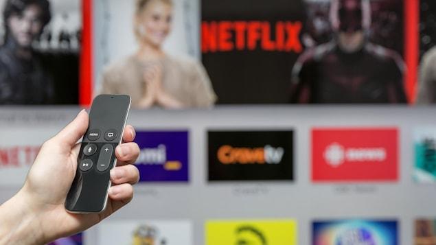 Une personne s'apprête à utiliser la chaîne de diffusion en continu Netflix.
