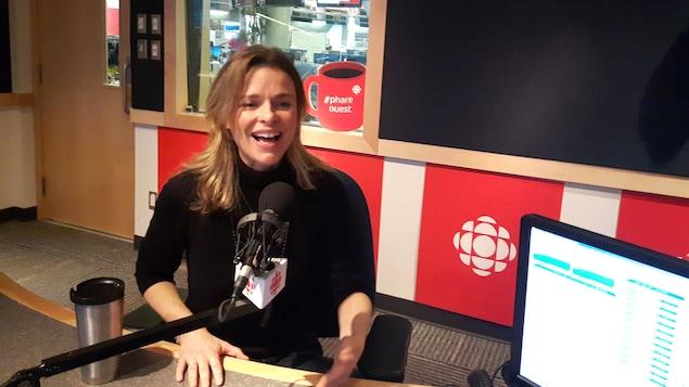 Myriam Laroche assise en studio radio